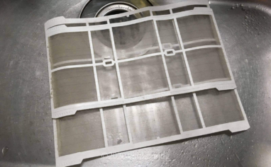 自動お掃除付きエアコンフィルターを洗う