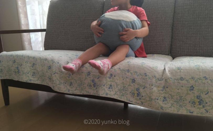 ビーズのフロアクッションPOTEをソファーで抱っこ