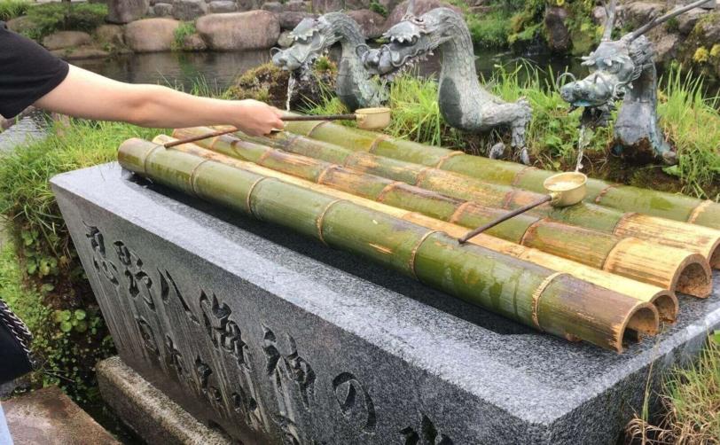 富士山山中湖忍野八海中池の水すくい柄杓