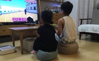 床に座れるフロアクッションPOTEに座る子供2人
