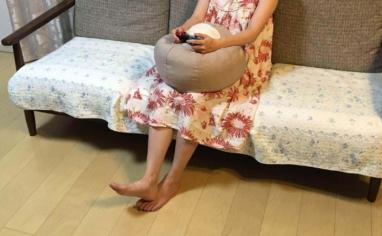 床に座れるフロアクッションPOTEを抱えてスイッチタイム